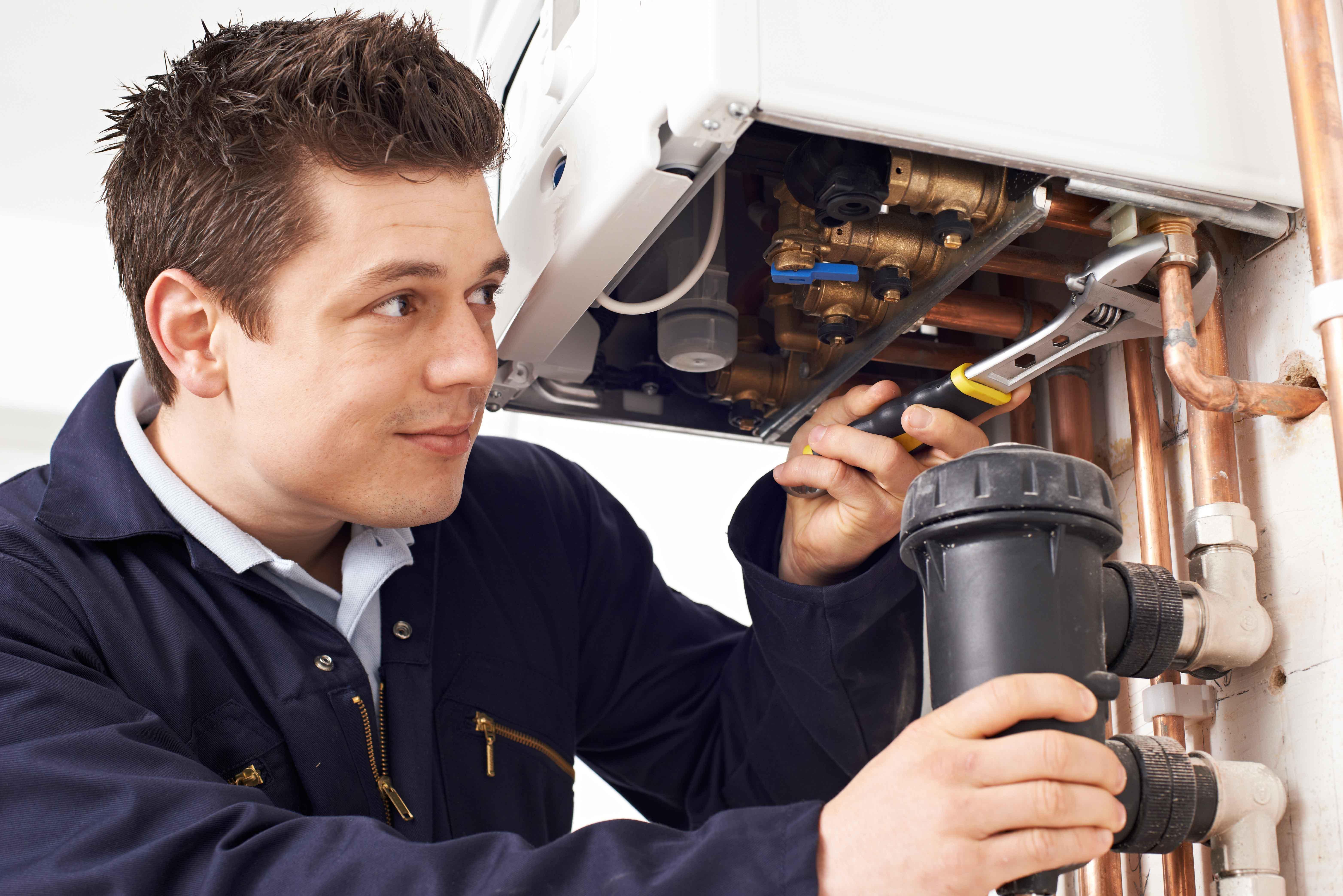 Técnico reparando calefacción