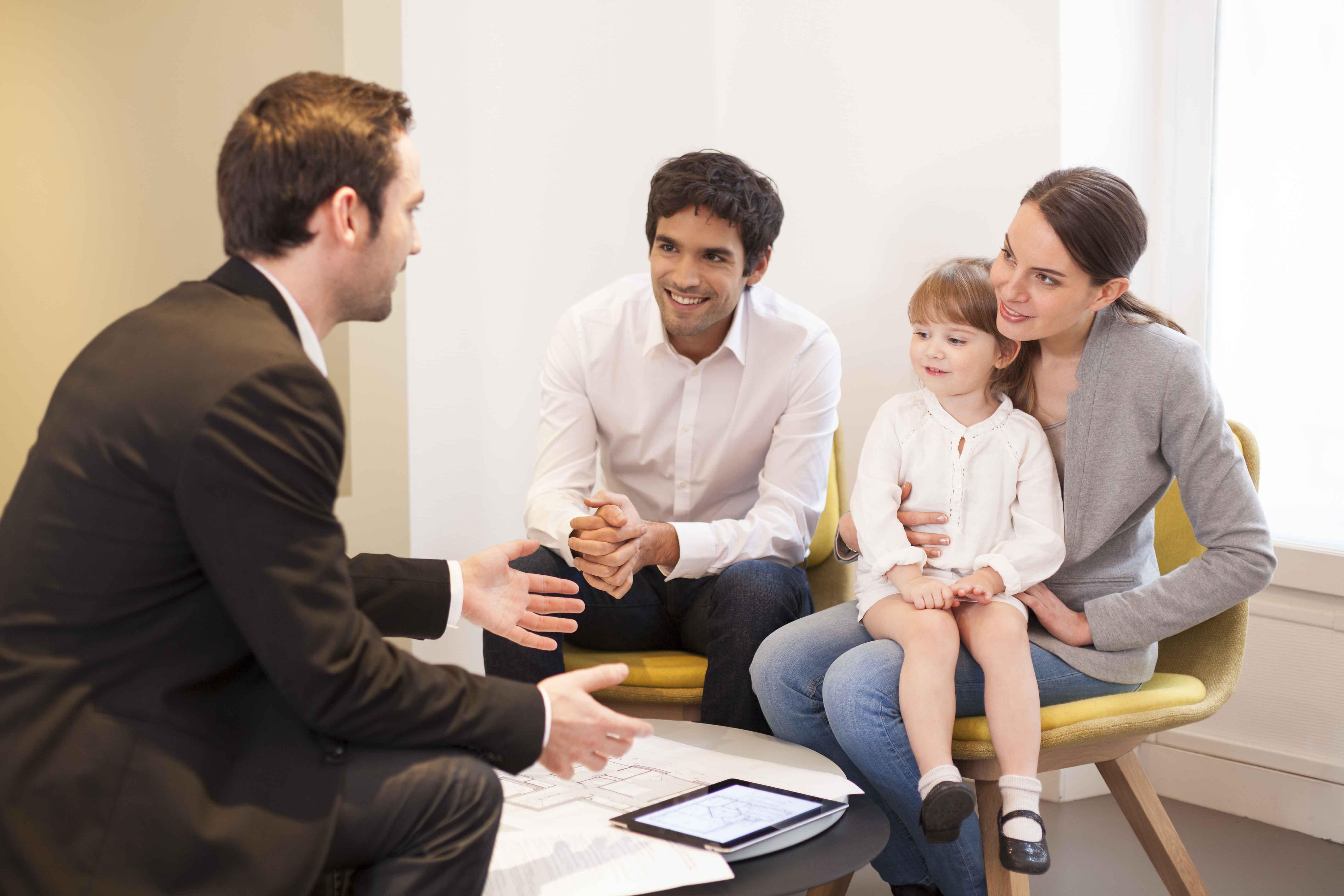 Familia hablando con profesional