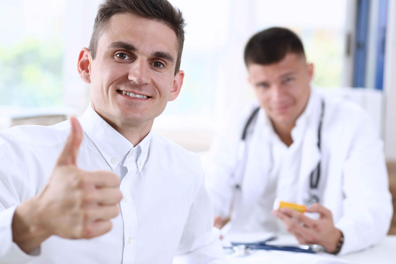 Doctor haciendo gesto de pulgar hacia arriba