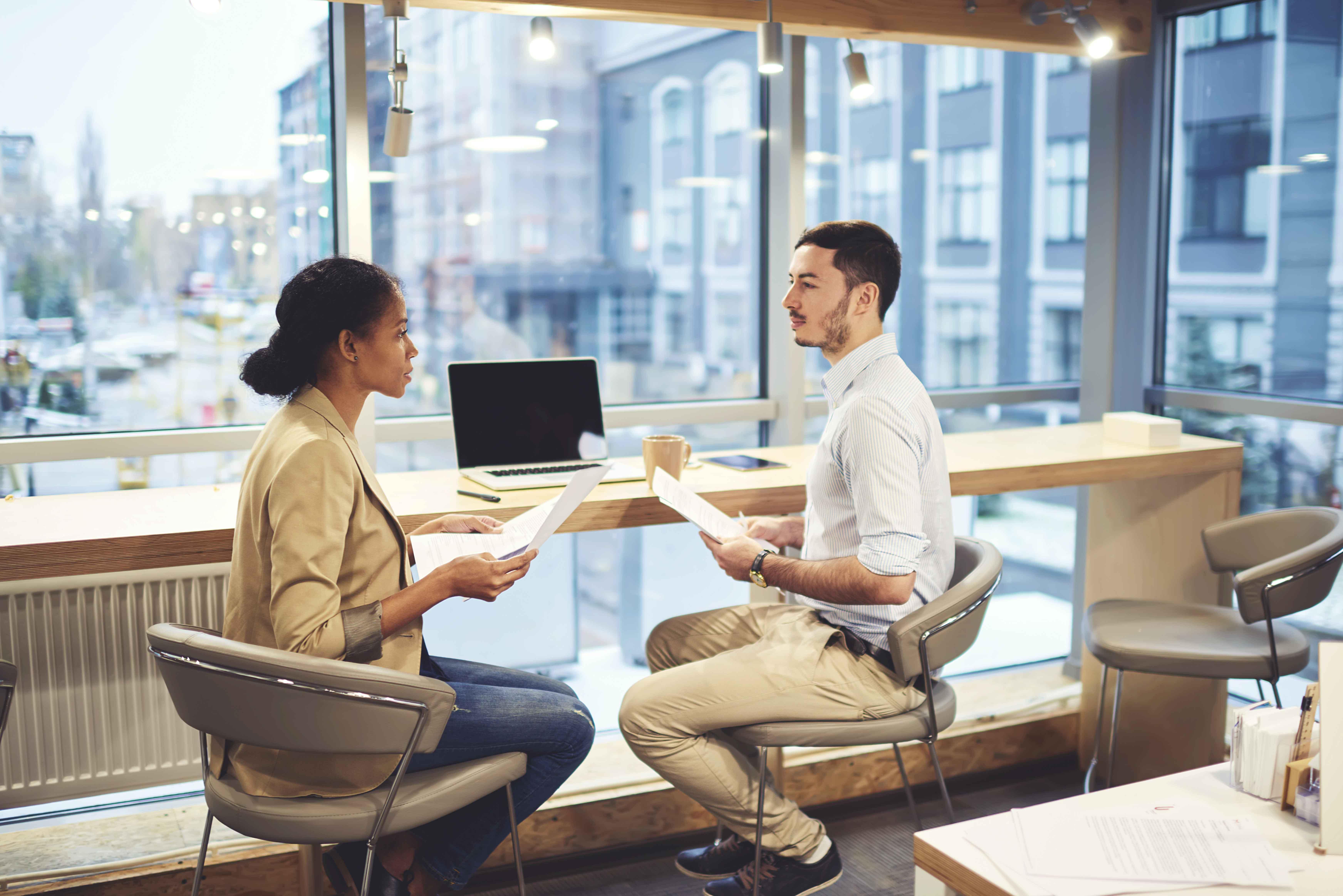 Chico y chica en entrevista de trabajo