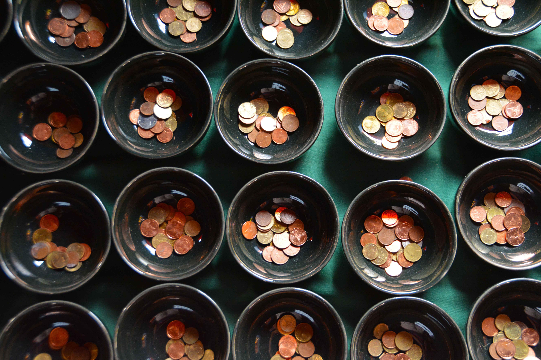 Monedas en cuencos