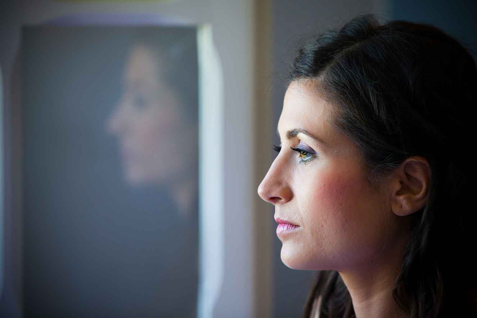 Chica mirando por una ventana
