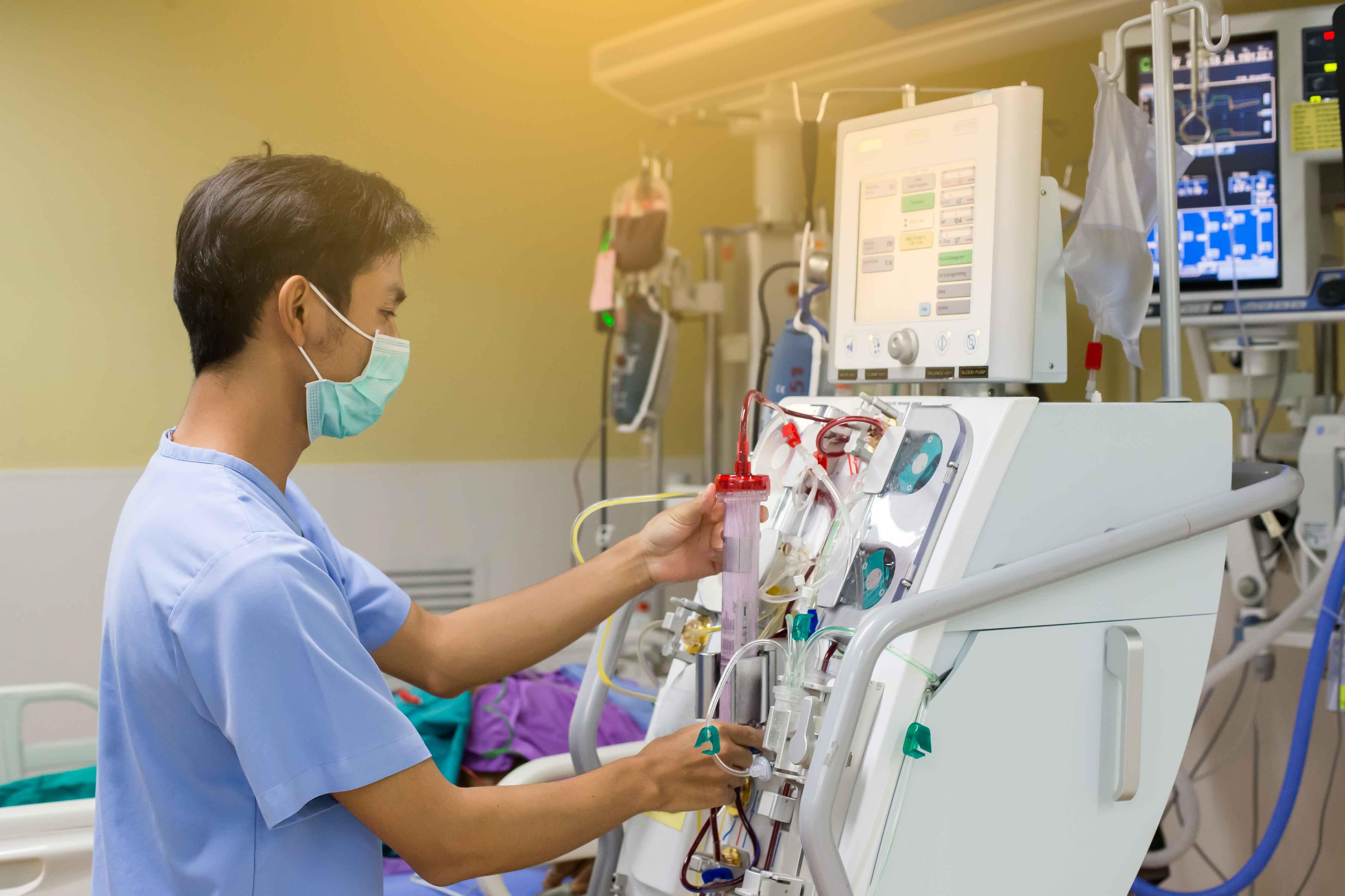 Doctor atendiendo máquina de diálisis