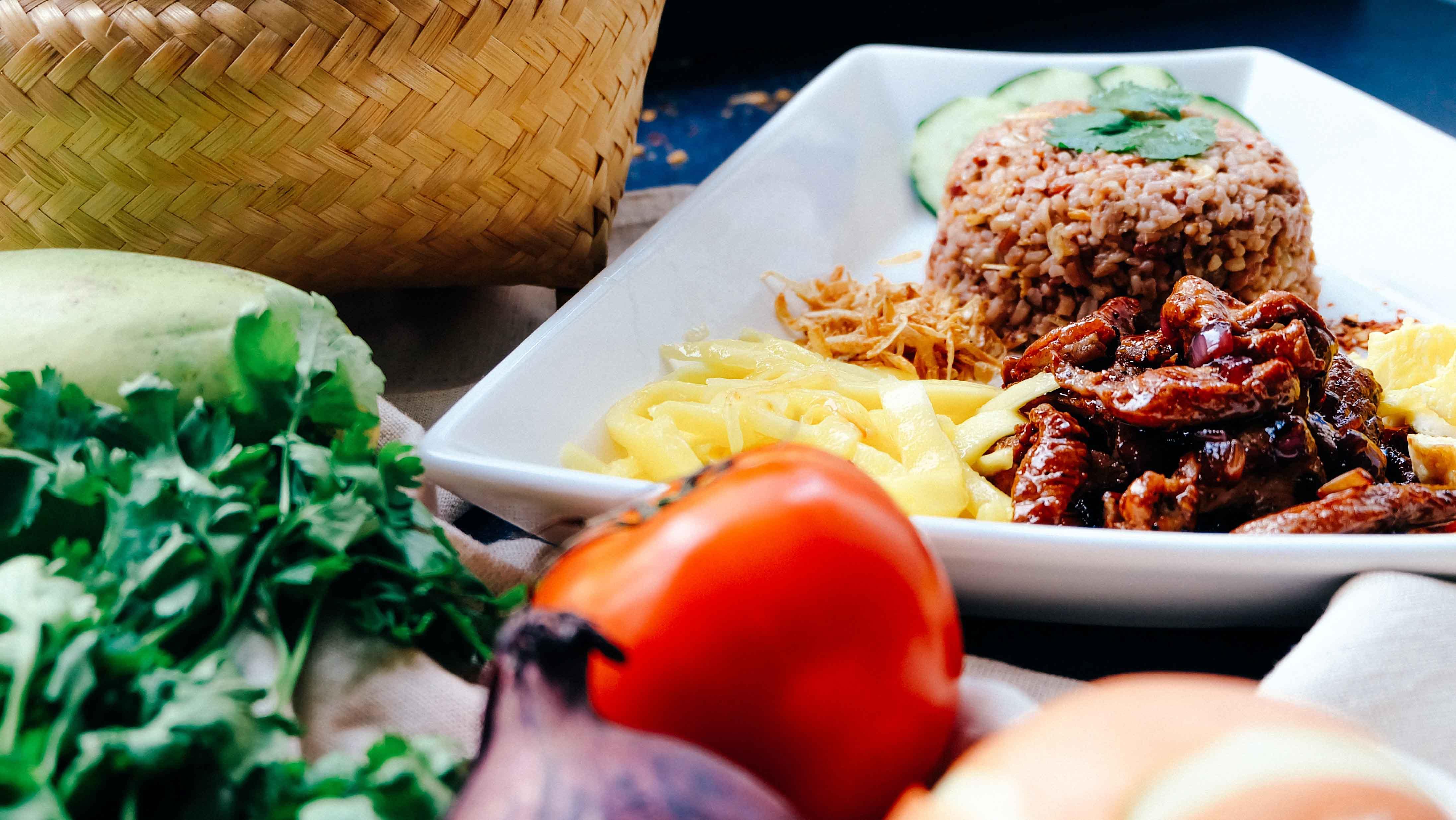 Platos con alimentos de apariencia sana