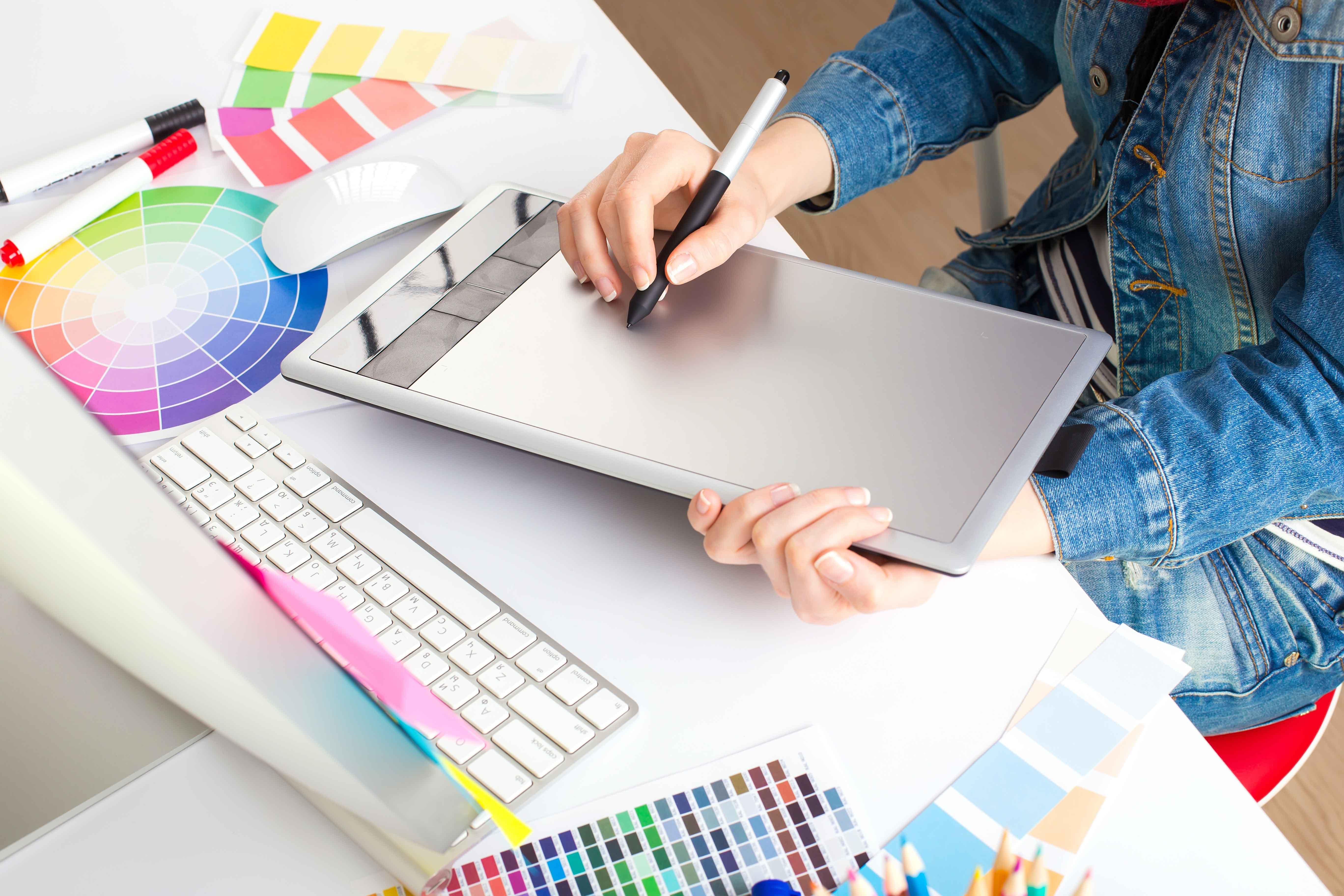 Estudio de diseño con trabajador de espaldas