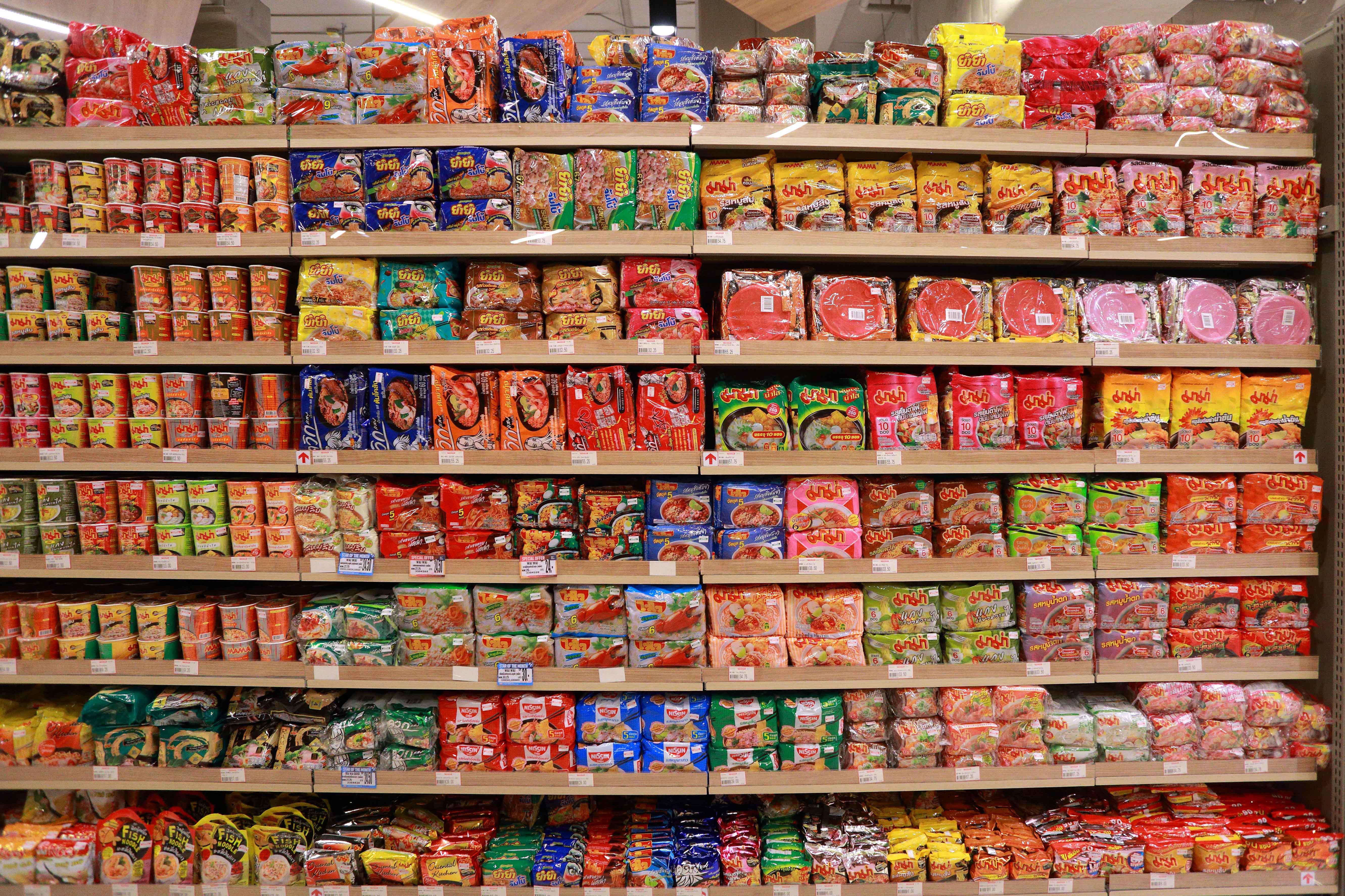 Estanterías de supermercado con multitud de marcas
