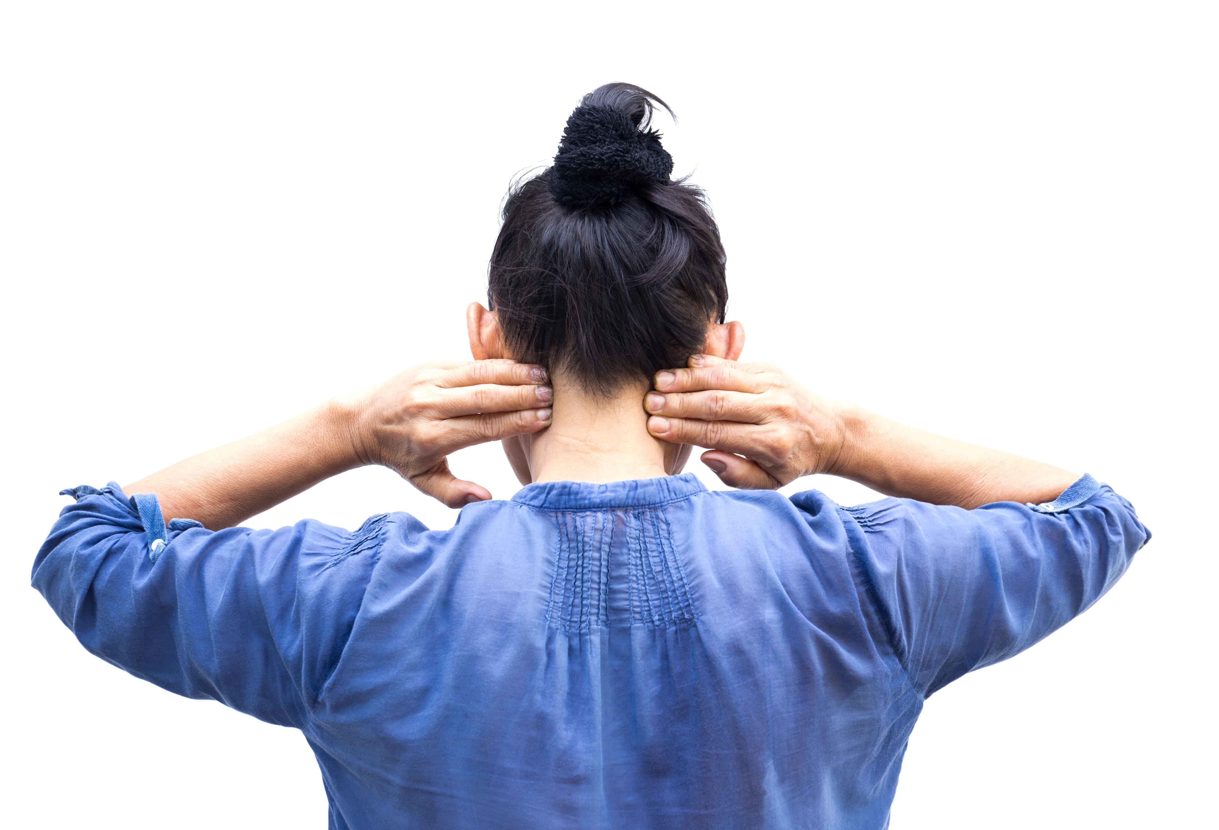 chica de espaldas tocándose cuello con dolor