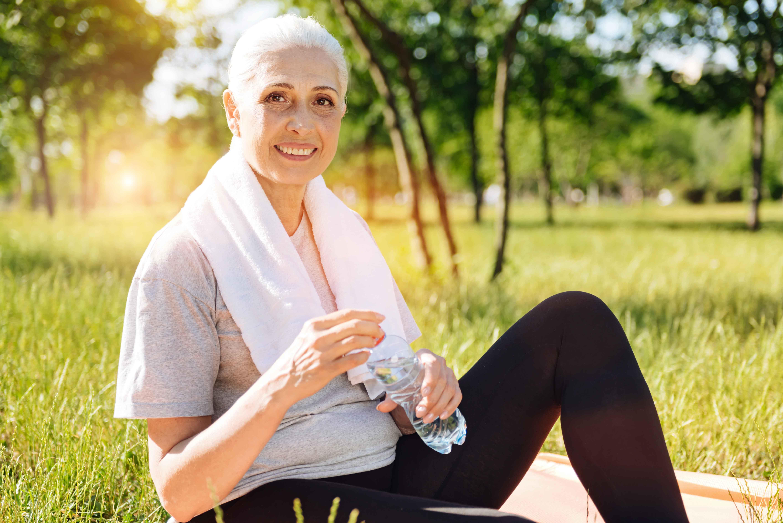 Señora mayor practicando deporte al aire libre