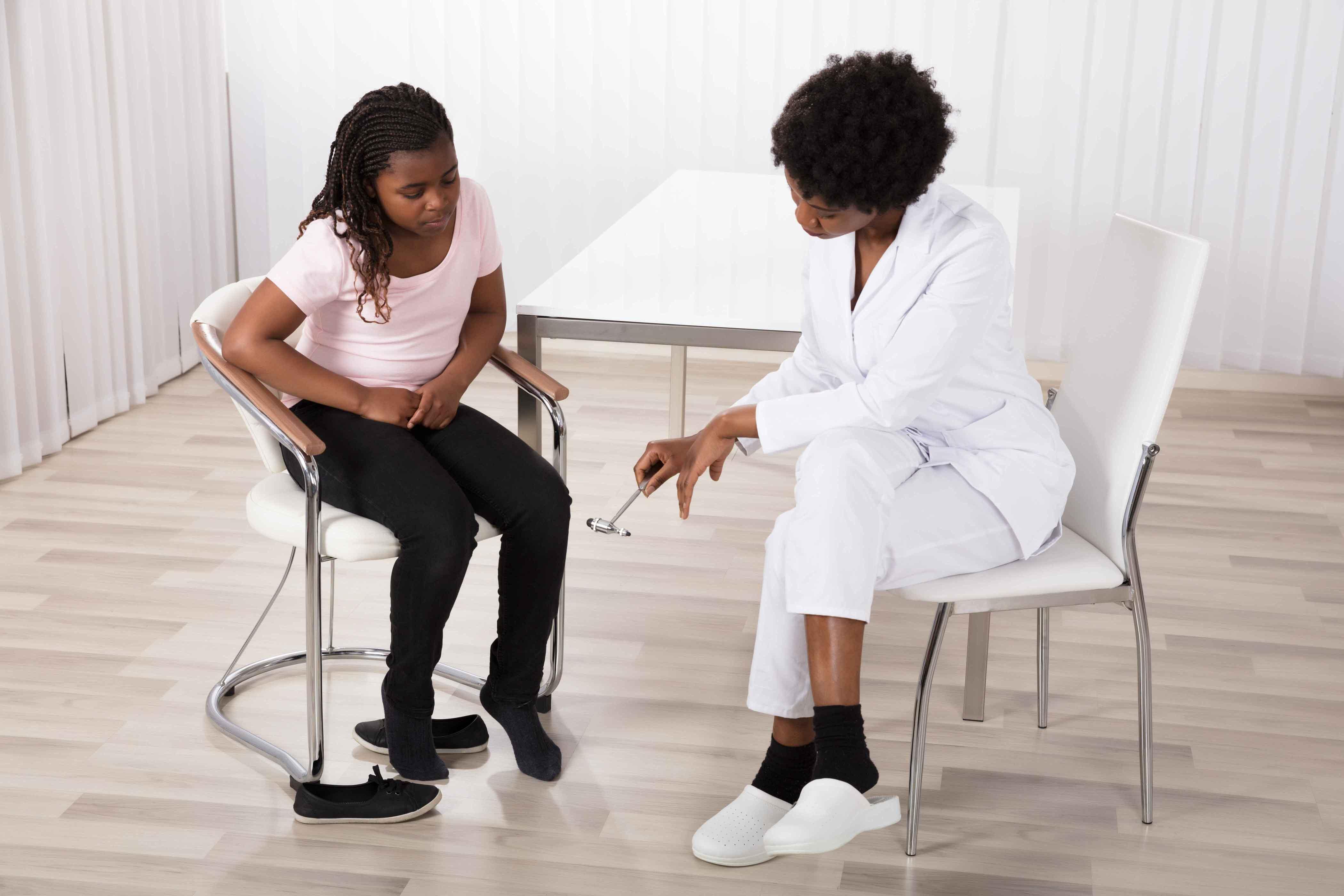 Doctor viendo en consulta a paciente