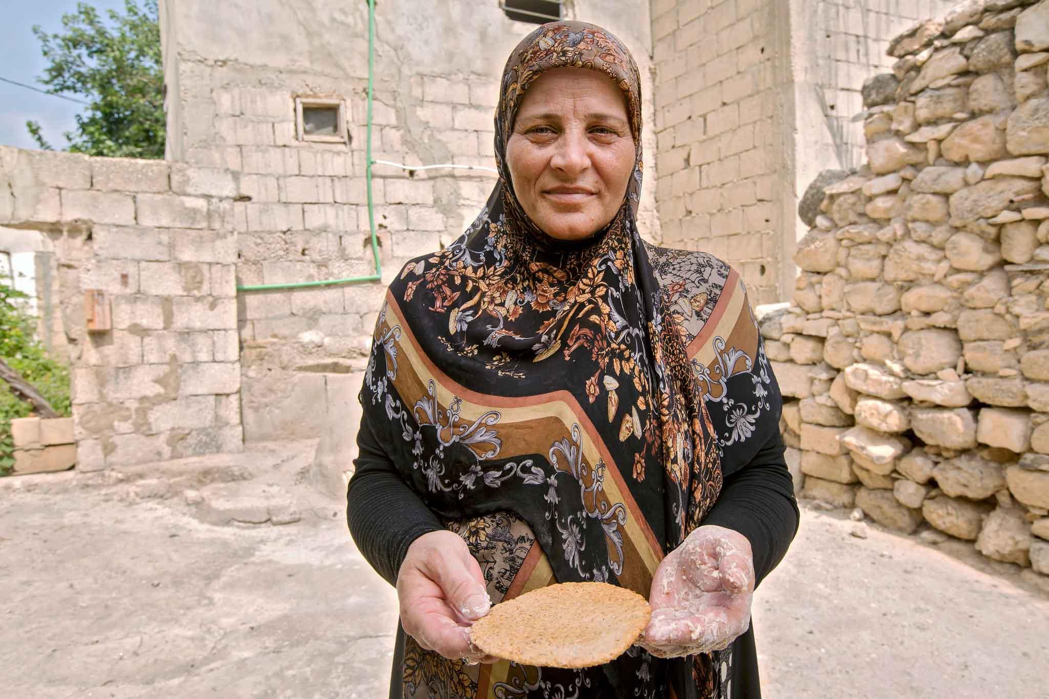 Mujer afgana sujetando un cuenco vacío
