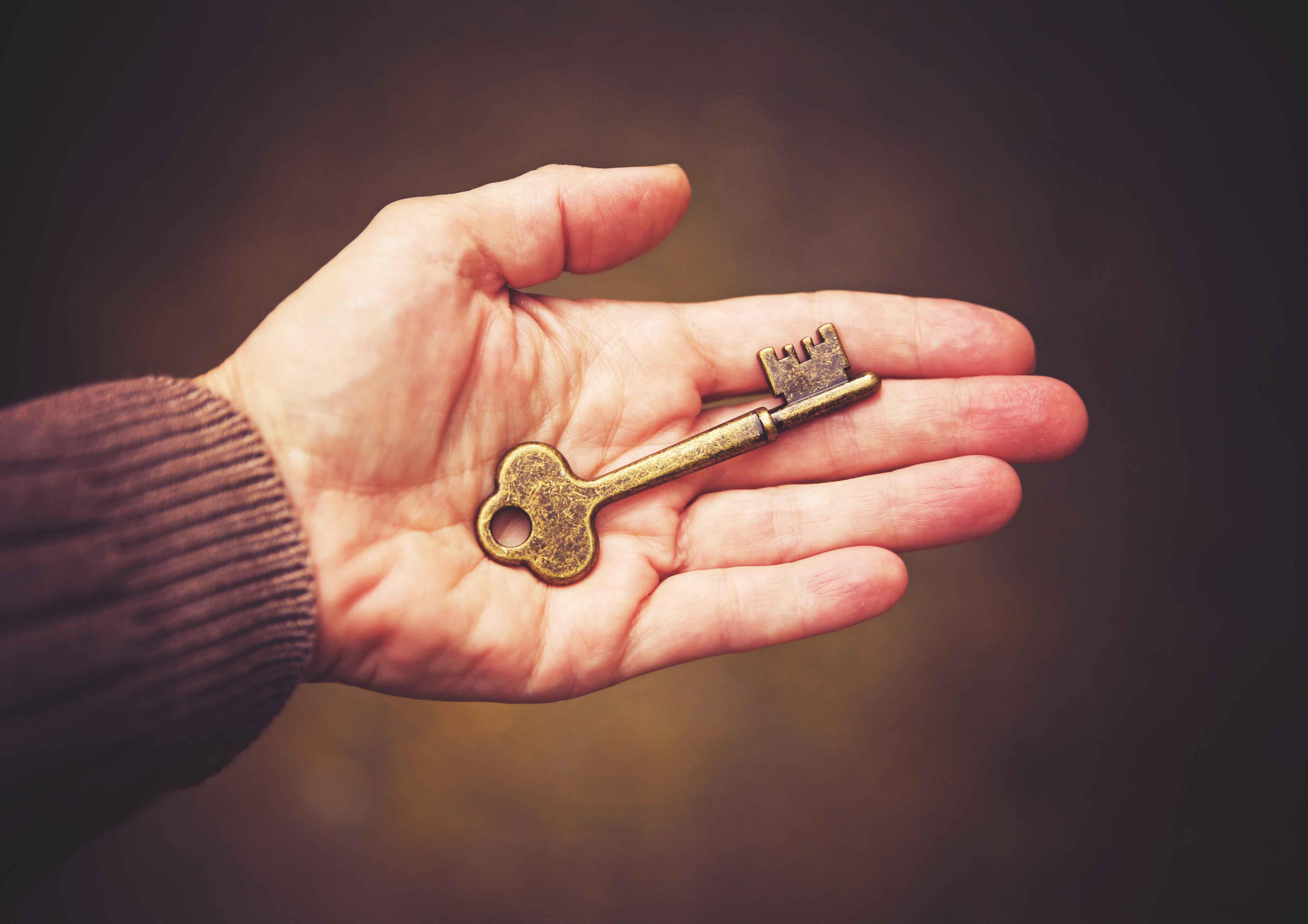 Mano con llave