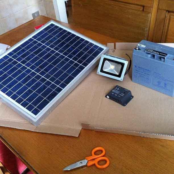 Pequeña placa solar en construcción