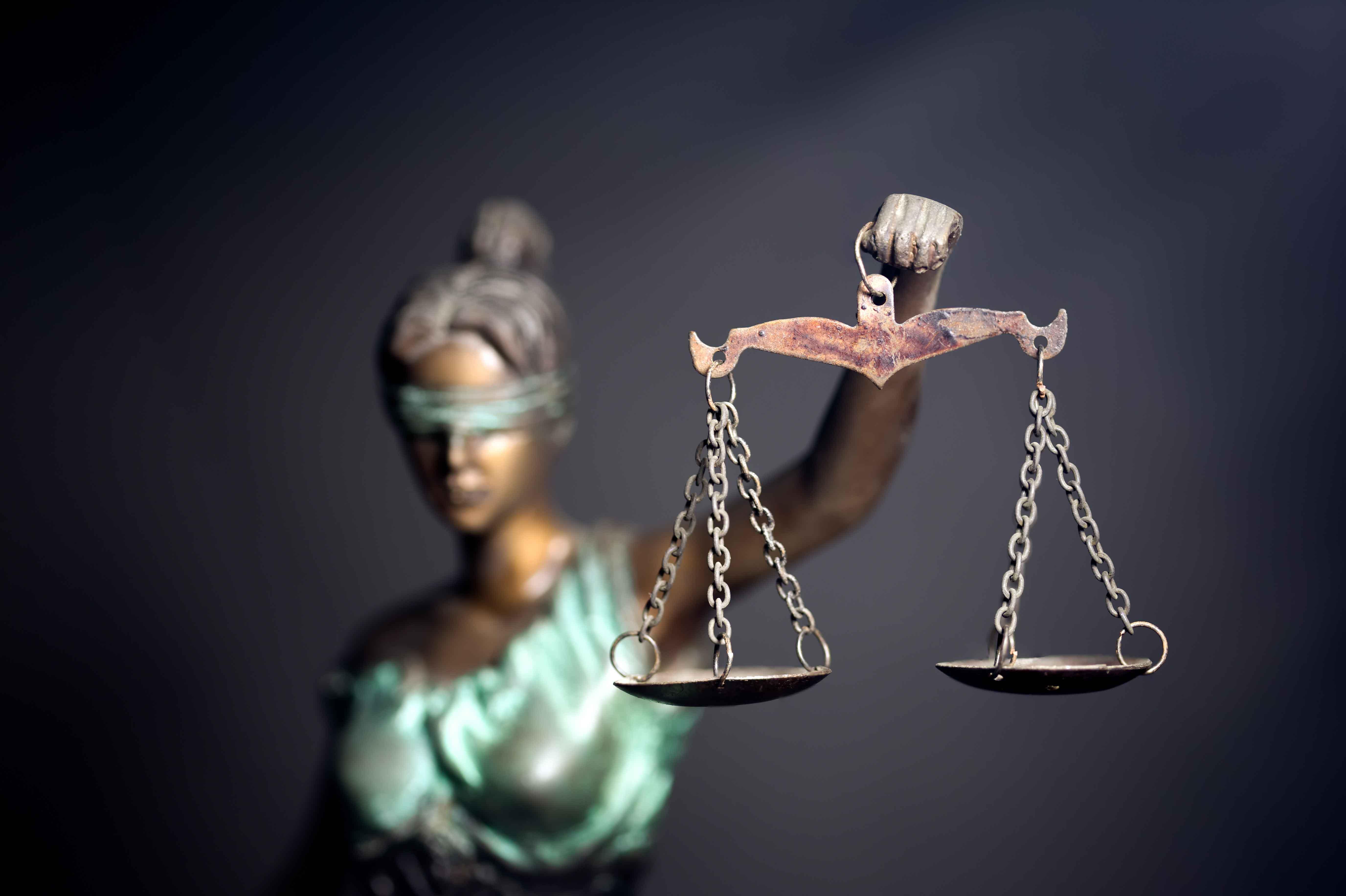 Diosa de la justicia con balanza en la mano