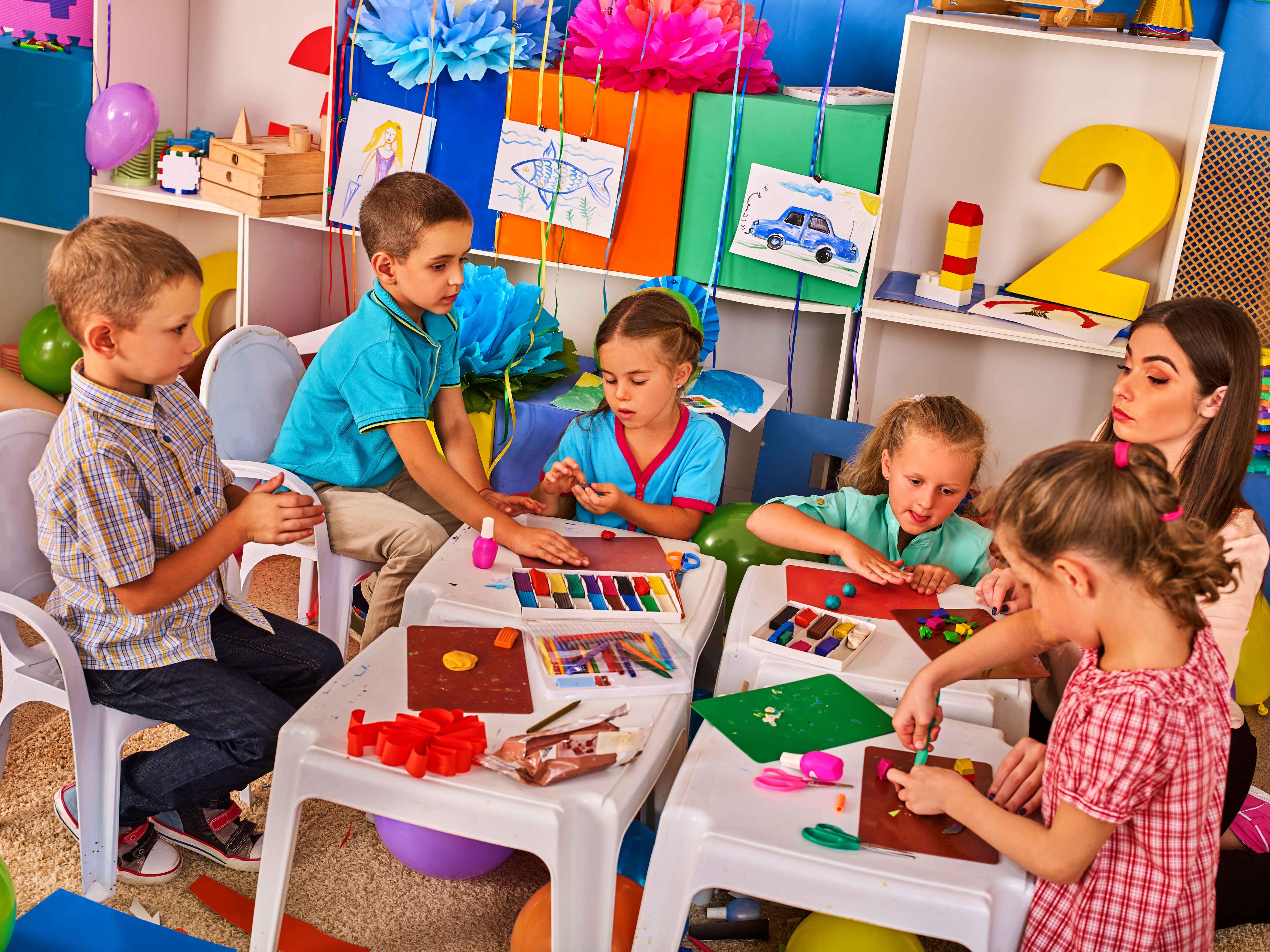 Ludoteca en la que juegan varios niños con una supervisora