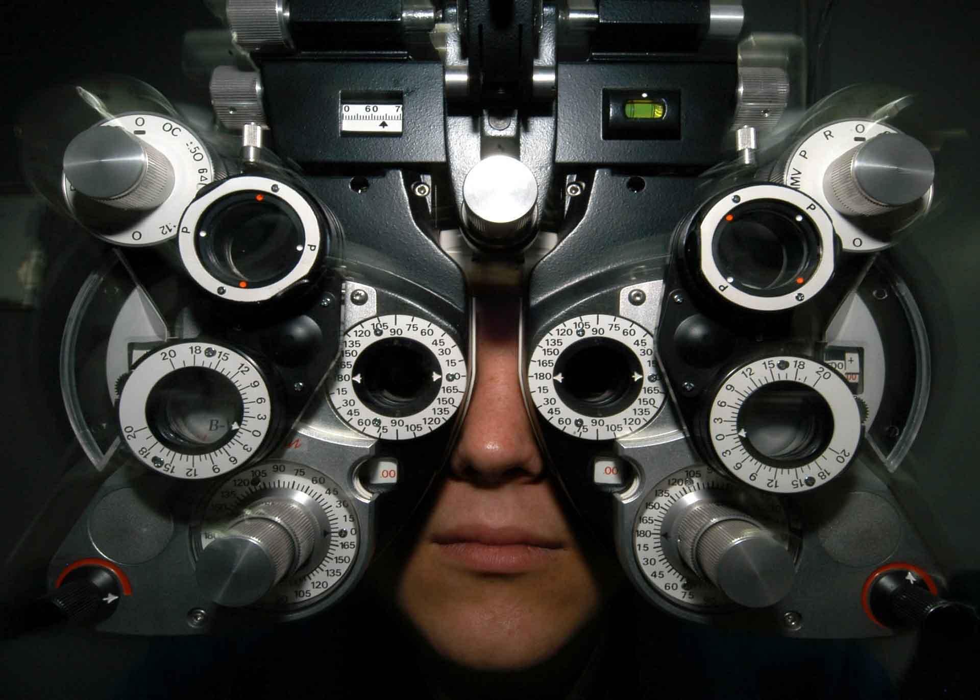 Persona siendo atendida en clínica óptica