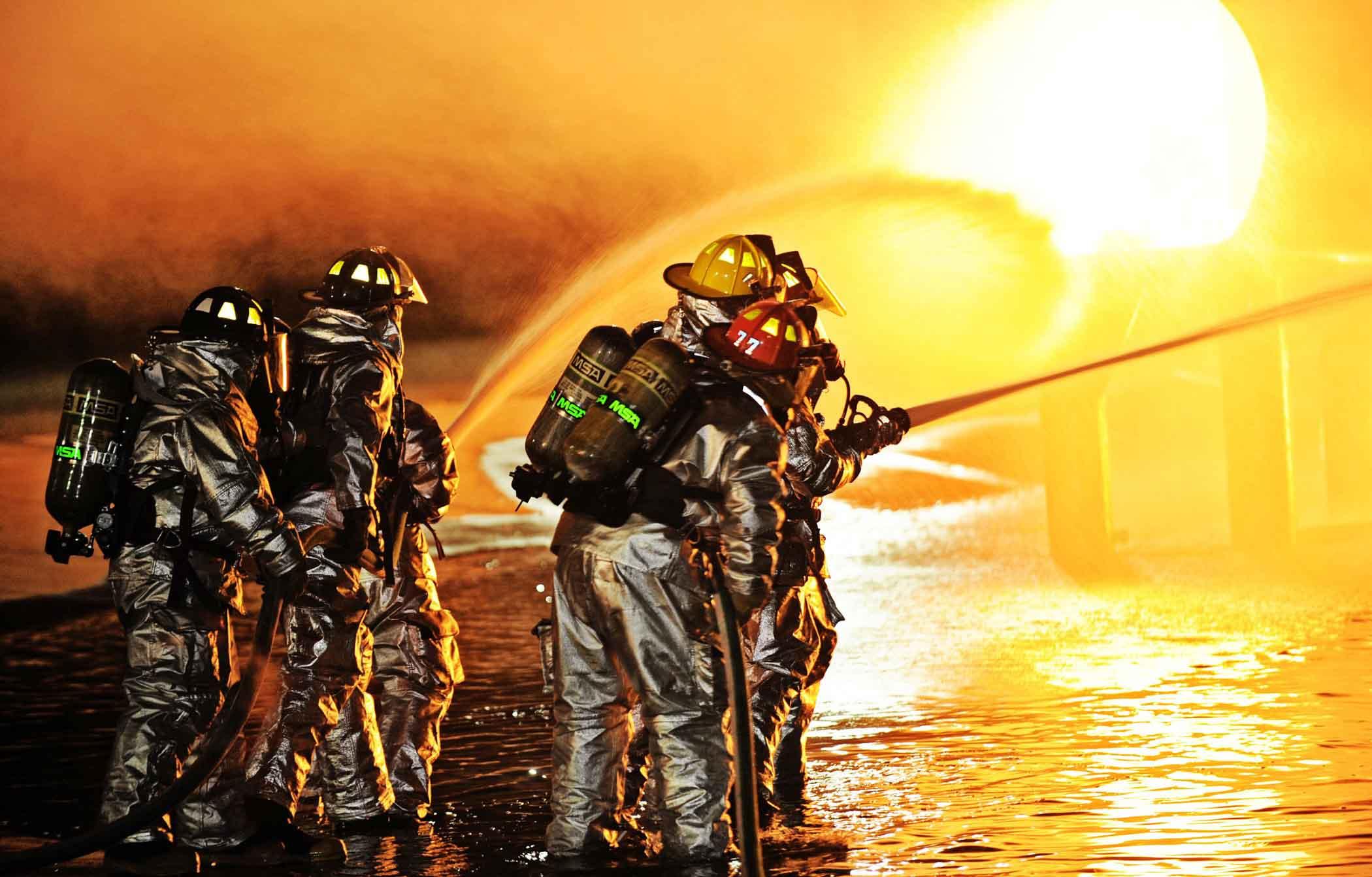 Bomberos apagando incendio