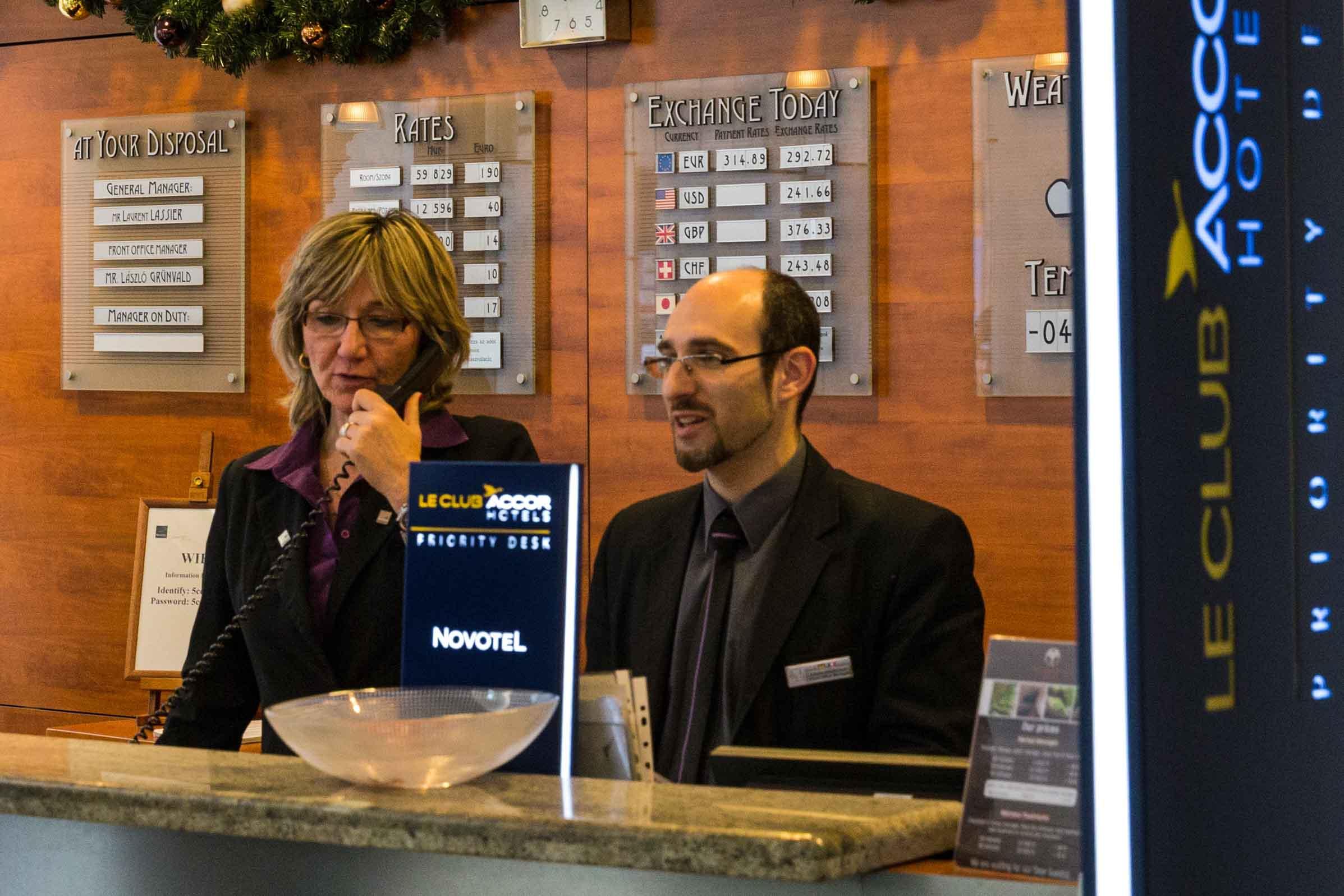 Recepcionistas en hotel
