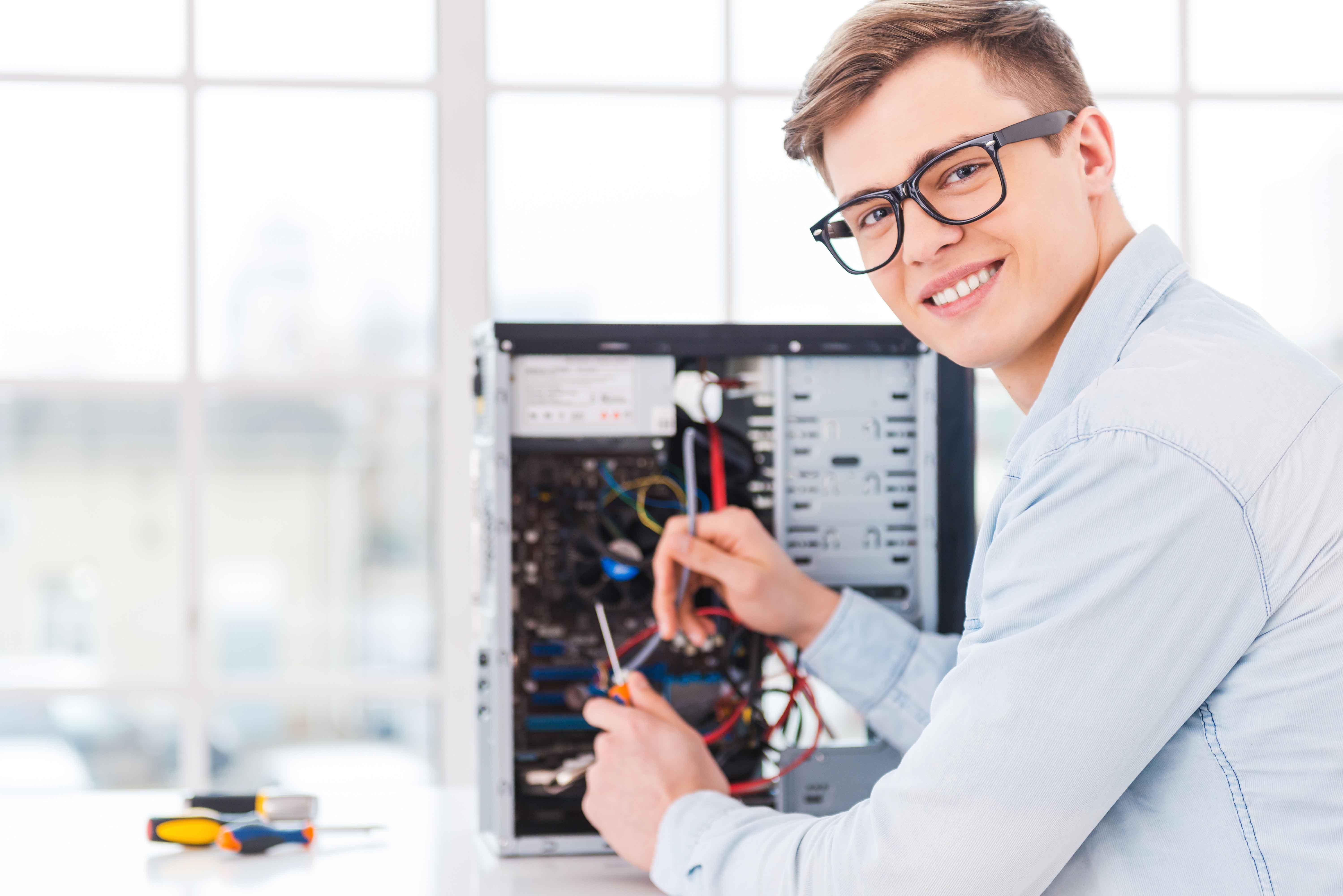 Chico trabajando en torre de ordenador