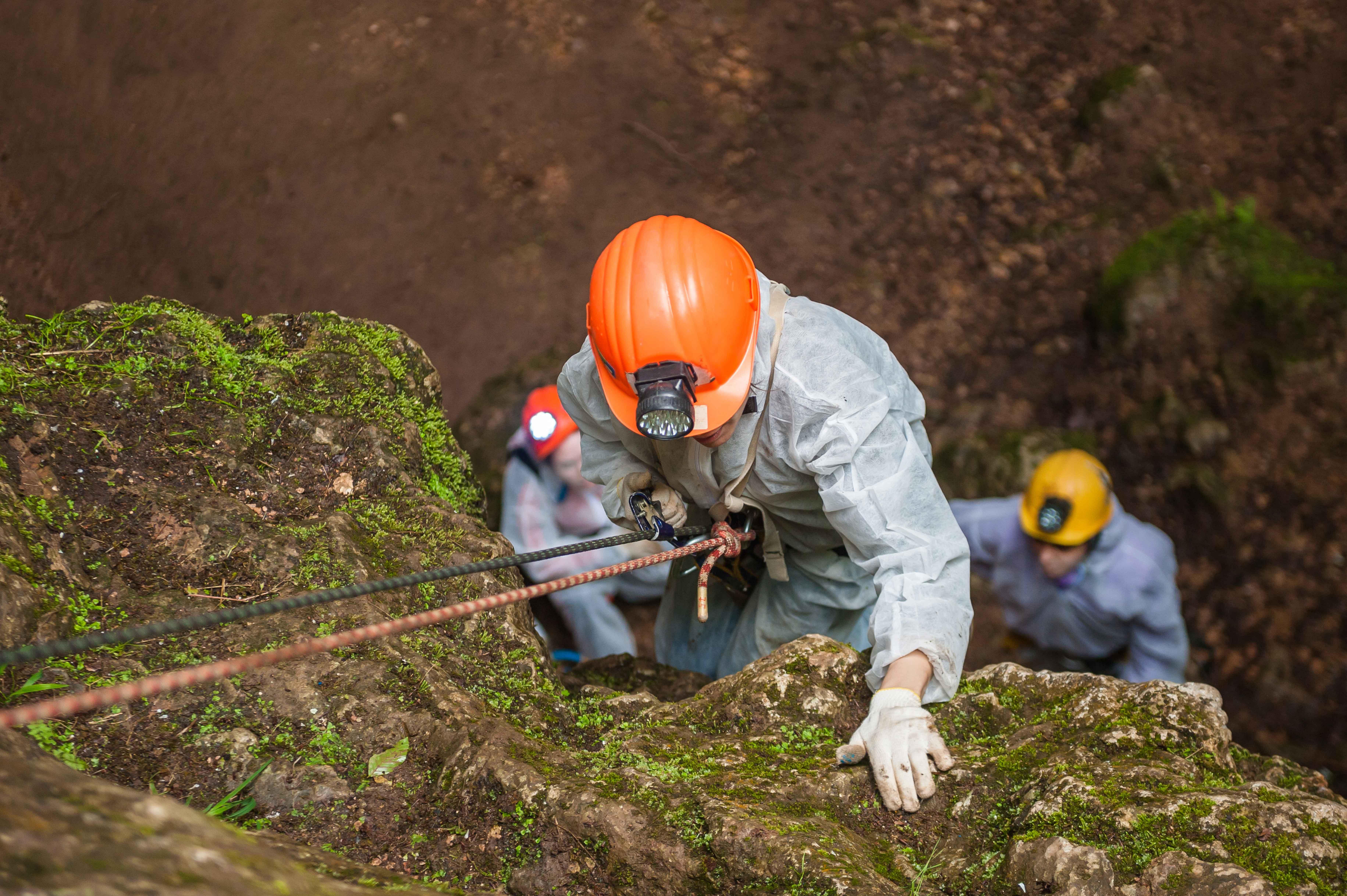 Rescatador descendiendo por barranco con arnés