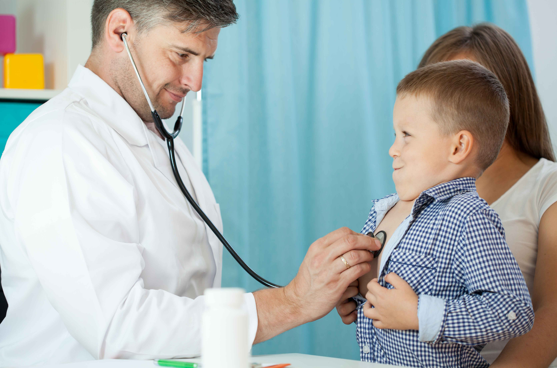médico atendiendo a niño