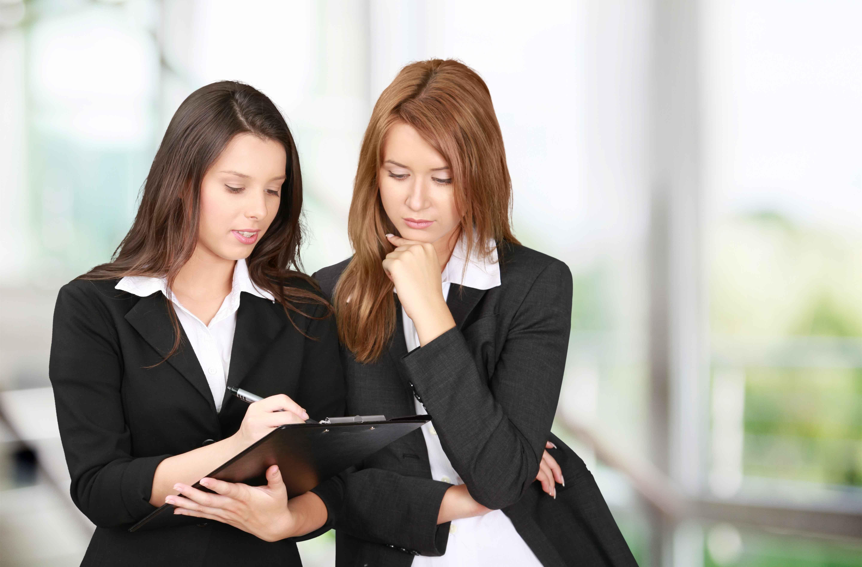 Dos chicas consultando lista de candidatos a trabajo