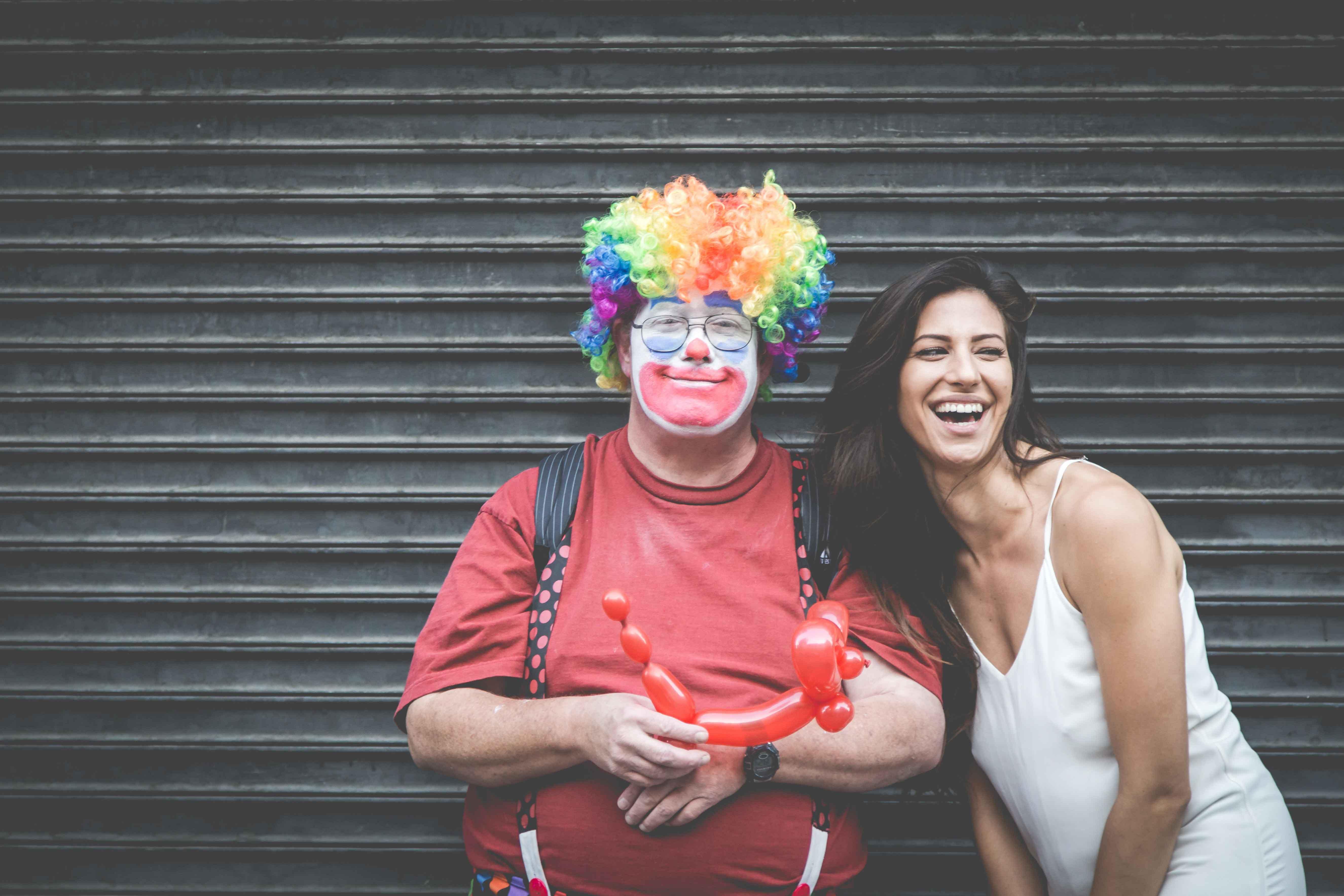 Payaso y chica riéndose