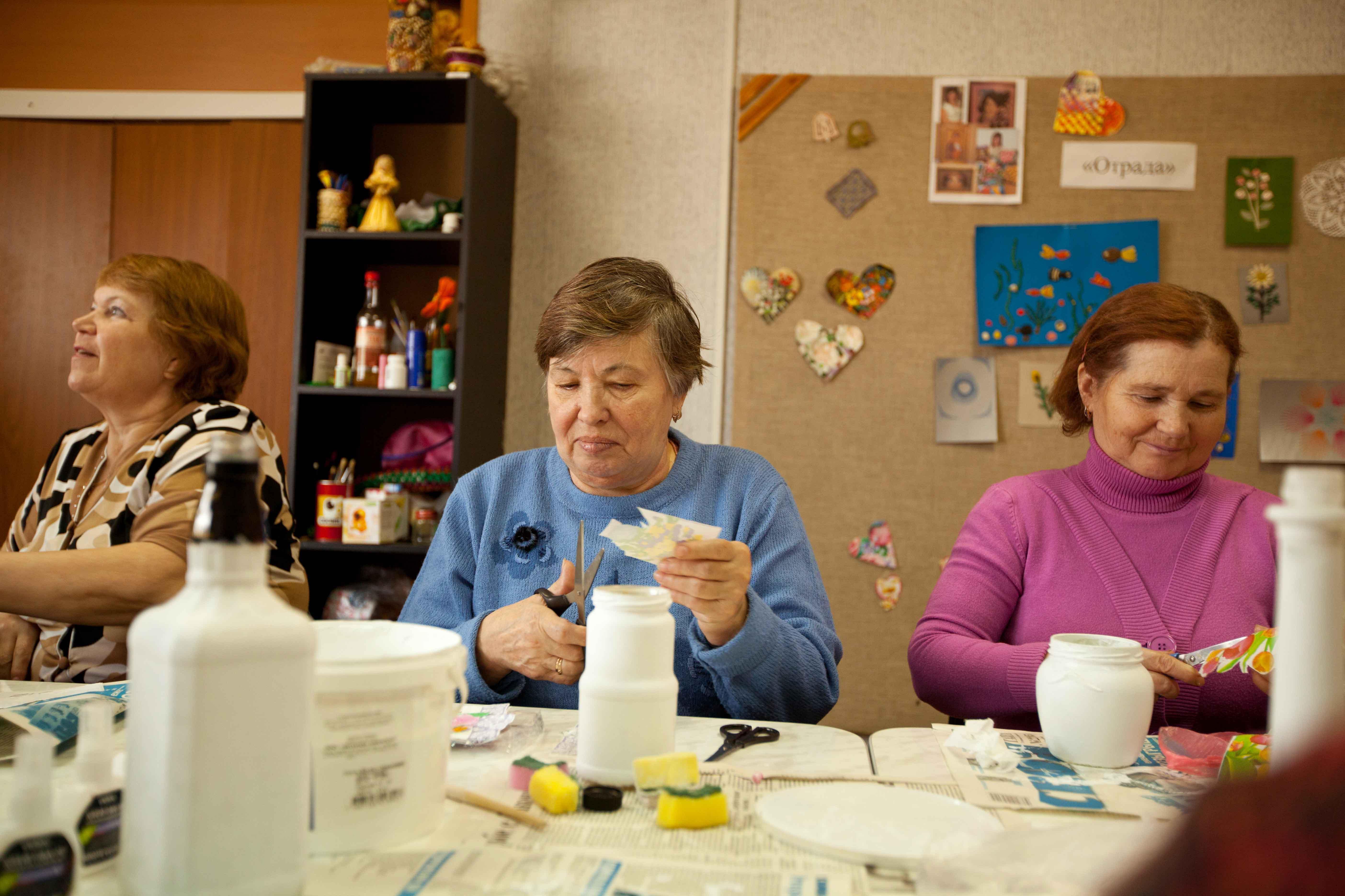 Señoras en un taller de manualidades