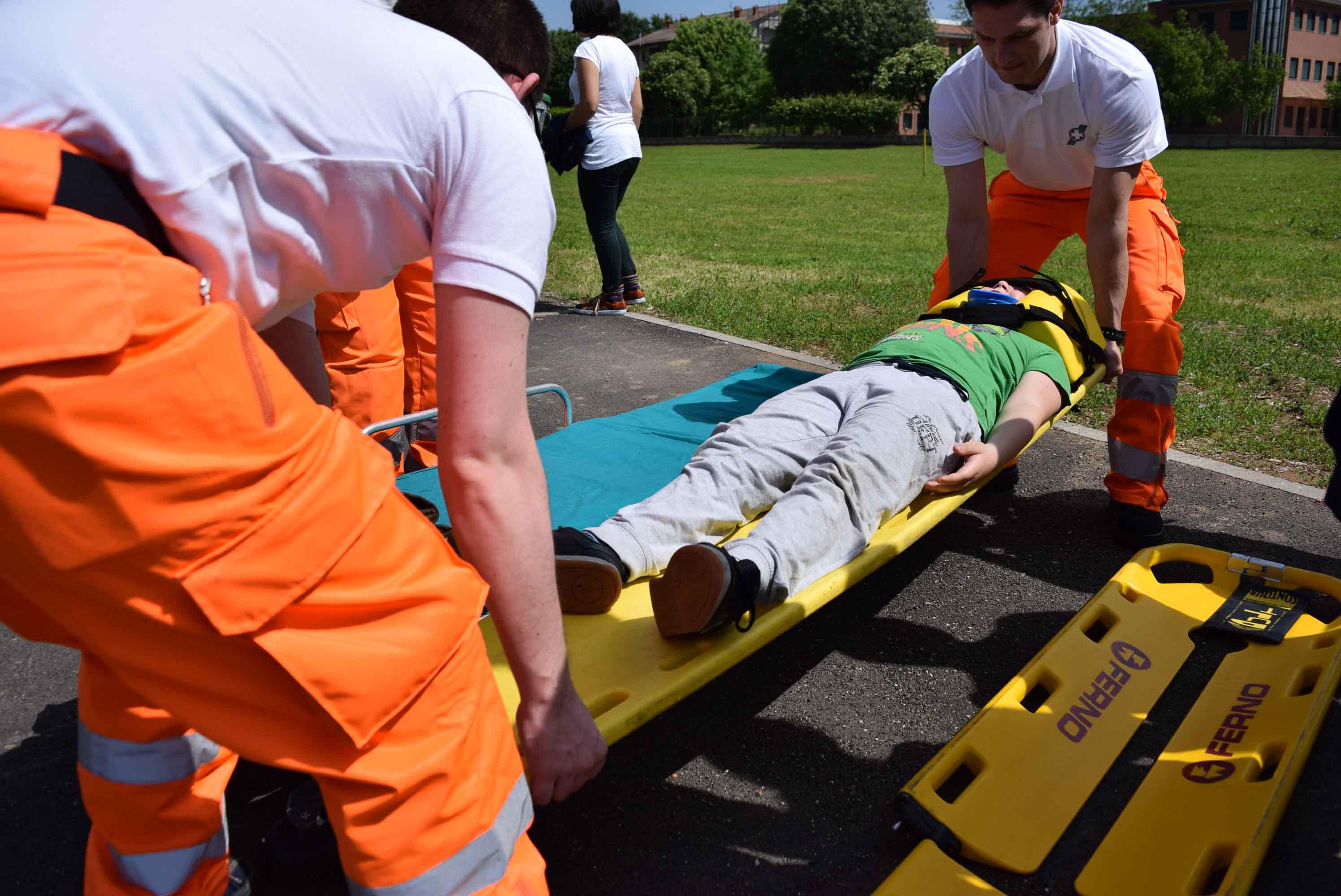 Paciente siendo subido a ambulancia